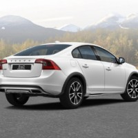 VOLVO S60 Cross Country: справа сзади